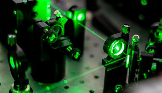 緑色光のグリーンレーザーポインターの仕組みを解説
